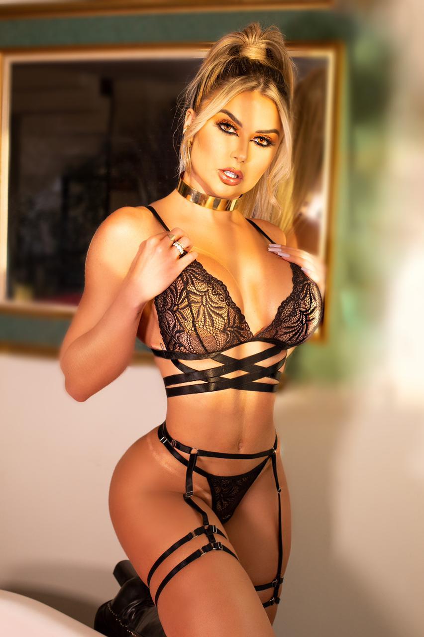 Amanda França posa em ensaio para marca de lingeries