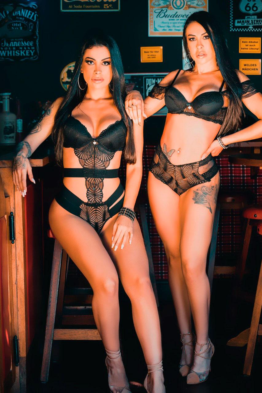 Deia Cavalheiro e Camila Beck posaram juntas para a revista Sexy
